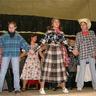 07 - Kockás ing, farmernadrás a módi a cowboyok körében.jpg