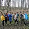 09 - Diákjaink ásóval, gumicsizmával felszerelkezve érkeztek az erdõbe.jpg