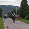 28 - Elindult a felvonulás élén egy regölyi lovassal, Lécser Krisztiánnal.jpg