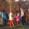 12 - Már két óra elõtt kiváncsi gyerekek és szülõk sorakoztak a kiskapukban, várva a Mikulást.jpg