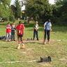10 - Parázsló talajt képzeltek lábuk alá a feladat megoldói, akiknek gólyalábakon egyensúlyozva kellett labdákat