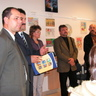 04 - Ingula Tamás gratulál a IV. kategória I. helyzettejének és átadja a Takarékszövetkezet ajándékát.jpg