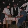 06 - A vendégek fogadására készül a gazda és családja.jpg
