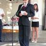 54 - Farkas Sándor igazgató ismertetette a tanév átlagait, valamint könyvjutalomban részesítette a valamely területen jól, kiemelkedõ.jpg